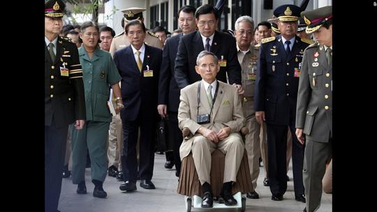 Lần xuất hiện trước công chúng hiếm hoi của Quốc vương Bhumibol Adulyadej tại thủ đô Bangkok năm 2010. Ảnh: AP