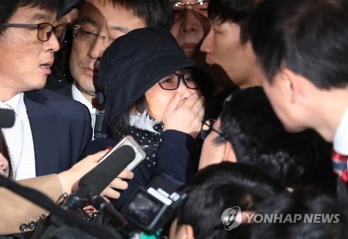 Những người biểu tình gào thét đòi bắt bà Choi Soon-sil. Ảnh: YONHAP