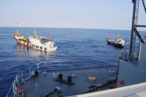 Các ngư dân Trung Quốc đeo bám để cắt hệ thống sonar được các tàu kéo theo phía sau. Ảnh: 163.COM