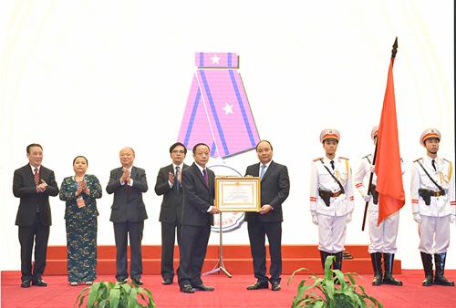 Thay mặt lãnh đạo Đảng, Nhà nước, Thủ tướng Nguyễn Xuân Phúc trao Huân chương Lao động hạng Ba cho Hiệp hội DNNVV