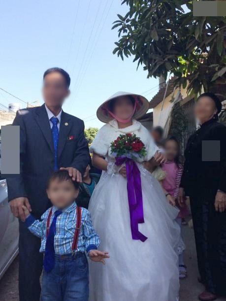 Khuôn mặt cả hai đều rạng ngời hạnh phúc trong đám cưới.