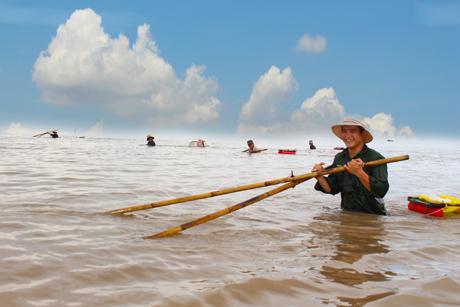 Thông thường, việc đẩy ruốc kéo dài từ nước rút cho đến nước lên. Những người có điều kiện sẽ sắm ghe để đi đẩy, còn không thì đẩy ruốc bằng đồ nghề tự chế.