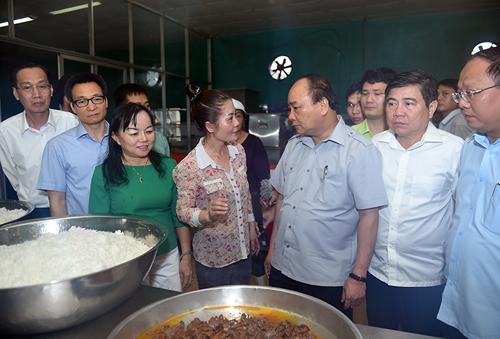Thủ tướng đặt nhiều câu hỏi với chị Nguyễn Thị Nụ, chủ cơ sở chế biến Tú Anh. Ảnh: VGP/Quang Hiếu