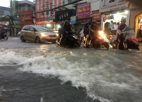 Còn tại khu vực quận Thủ Đức, nước chảy như lũ. Trong ảnh là trên đường Võ Văn Ngân.