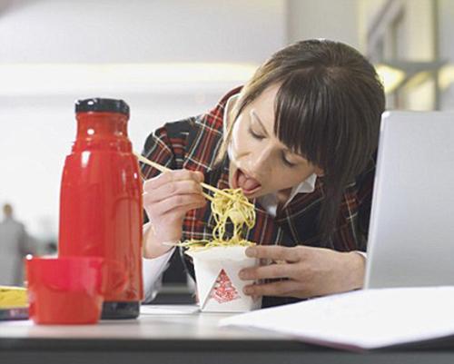 Ăn vội là thói quen không tốt ảnh hưởng đến sức khỏe và vẻ đẹp