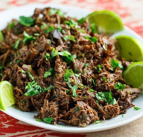 """Barbacoa, Mexico: Barbacoa được làm từ thịt bò hoặc dê, gói trong lá maguey và nướng bằng than trong một cái hố đào sâu dưới đất. Món ăn này có nguồn gốc ở vùng biển Caribbean trước khi chuyển đến Mexico. Thuật ngữ thịt nướng """"barbecue"""" cũng ra đời chính từ tên gọi của món này."""