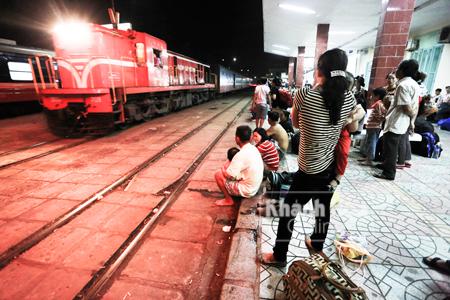 Mỗi chuyến tàu về ga luôn mang theo hy vọng cho những người mưu sinh
