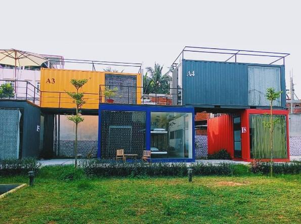 Packo Hostel (đường Lâm Hoành) là nhà nghỉ container với 16 phòng với nhiều màu sắc rực rỡ, ngay sát biển Mỹ Khê. Lưu trú tại đây, du khách sẽ được nghỉ ngơi trong những căn phòng sơn màu xinh xắn, giữa khoảng đất đầy cỏ xanh rất thoáng mát, yên bình. Ảnh: Booking.