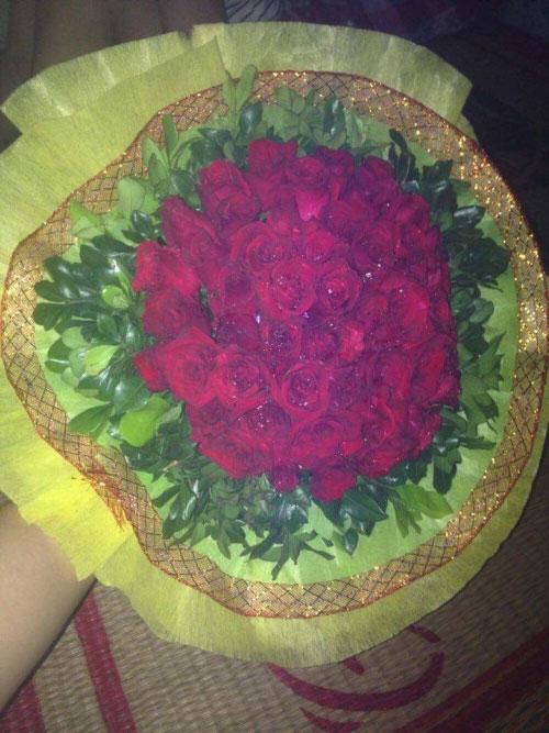 Bó hoa mà bạn trai tặng cô khi yêu xa.
