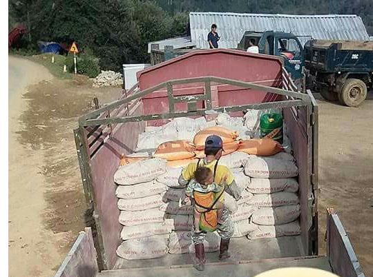 Xót xa cha địu con vác 10 tấn xi măng tại công trường