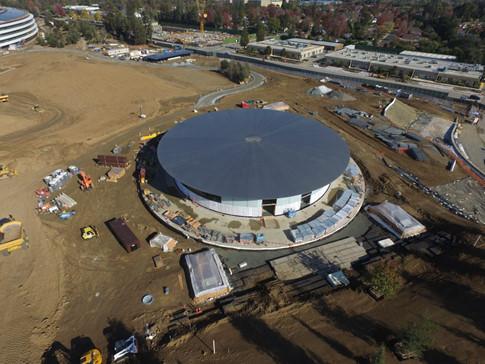 Apple còn sử dụng các tấm pin mặt trời đặt trên nóc tòa nhà cung cấp sản lượng điện năng 16 megawatt và hoạt động như là nguồn cung cấp năng lượng chính cho Campus 2