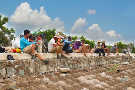 Người dân Tân Điền chờ thủy triều rút để đẩy ruốc