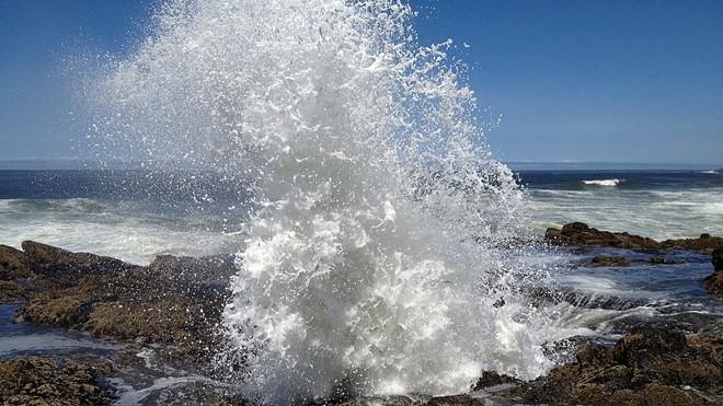 Nước thủy triều bắn ra khỏi giếng, tạo cảnh tượng hùng vĩ khiến du khách thích thú. Ảnh: Leisure.