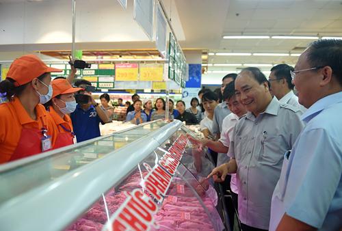 Thủ tướng thăm siêu thị Co.opmart đường Lý Thường Kiệt (Phường 7, Quận 11). Ảnh: VGP/Quang Hiếu