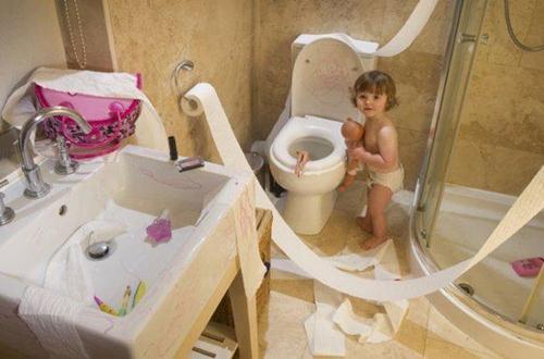 Giấy vệ sinh, giấy ăn luôn là kẻ thù số một của lũ nhỏ vì nó góp phần kích thích tính tò mò của chúng.