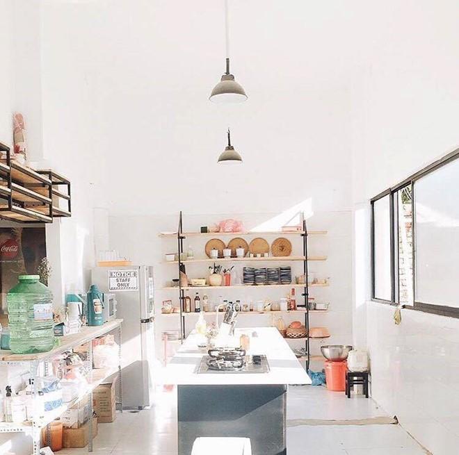 Hostel còn có phòng bếp chung được thiết kế đơn giản, đầy đủ, giúp các bạn có thể thoải mái nấu nướng như ở nhà hay tổ chức tiệc BBQ ngoài sân khi đêm đến. Ảnh: Juliedoround.