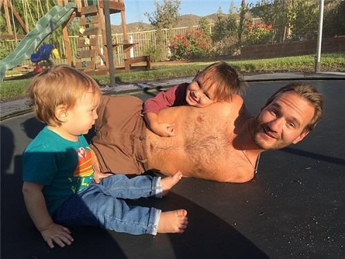 Nick vui đùa bên hai cậu con trai kháu khỉnh
