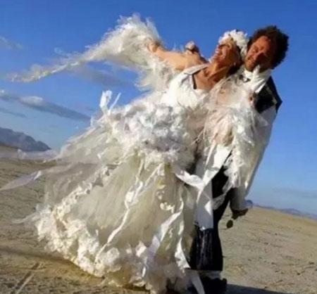 Chiếc váy cưới thiết kế từ giấy vụn và túi ni lông, đạt đủ tiêu chí về độ ấn tượng