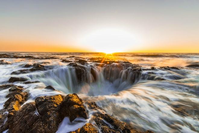 Theo Gary Hayes của trang Traveloregon.com, Giếng thần Thor ban đầu có thể là một hang biển, sau đó một phần trần hang sụp xuống và bị nước biển xói mòn. Anh cũng khuyến cáo du khách không nên tới quá gần giếng để đảm bảo an toàn. Ảnh: Reddit.