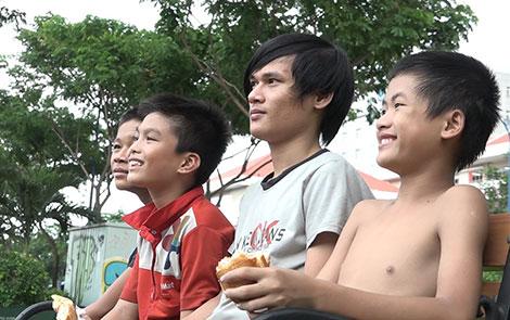 Những đứa trẻ dưới chân cầu (cắt từ video clip).