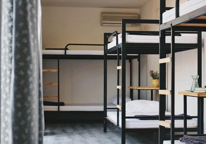Nơi đây có 4 loại phòng, với giá phòng từ 180.000 đồng/người. Phòng ngủ được lát sàn gỗ, giường tầng chắc chắn, thoáng mát. Khu vệ sinh chung sạch sẽ đầy đủ tiện nghi được chia tách biệt cho nam và nữ. Ảnh: Booking.