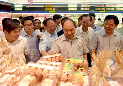 Thủ tướng thăm quầy hàng thực phẩm tại siêu thị Co.opmart (đường Lý Thường Kiệt, Phường 7, Quận 11). Ảnh: VGP/Quang Hiếu