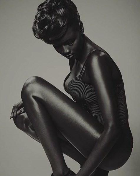 """Hot girl châu Phi gây """"sốt"""" vì làn da đen hiếm thấy"""