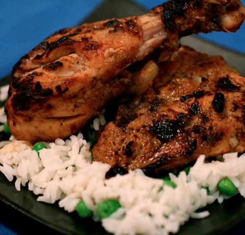 Tandoori, Ấn Độ: Để làm món gà tandoori cần có sữa chua, bột gia vị Ấn Độ garam masala và các loại gia vị khác trước khi nấu. Hiện đây là món có trong thực đơn của nhiều nhà hàng Ấn Độ, nổi bật với màu đỏ đặc trưng.