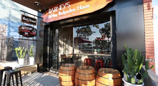 Barney's Backpackers House nằm ở đường Nguyễn Chí Thanh là hostel kết hợp với quán cà phê, nằm bên cạnh sông Hàn thơ mộng. Ảnh: Backpack.