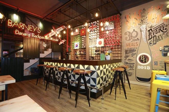 Tầng một vừa là quán cà phê, vừa là phòng tiếp đón khách được thiết kế theo phong cách châu Âu, quầy bar với nội thất gỗ, lát gạch đá họa tiết xung quanh rất độc đáo. Ảnh:Backpack.