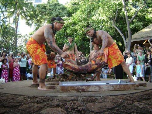 Kalua, Hawaii, Mỹ: Lợn sau khi làm sạch sẽ được nhồi đá nóng vào trong, bọc lá chuối hoặc lá ti rồi phủ bên ngoài lớp cát, sau đó nướng 6-7 giờ trong lò ngầm (gọi là IMU). Đây là món ăn truyền thống của người Hawaii bản địa. Ảnh: oregonstate