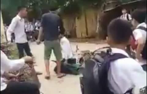 Em Bùi Đoàn Quang H. bị đánh, làm nhục giữa đường (Ảnh cắt từ clip)