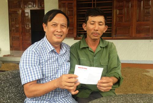 Đại diện Báo Người Lao Động trao tặng ông Tùng (bìa phải) 1 triệu đồng. Ảnh: Trung Bảo