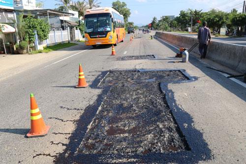 Nhiều vị trí trên Quốc lộ 1 qua huyện Phù Cát, tỉnh Bình Định bị hư hỏngẢnh: Anh Tú