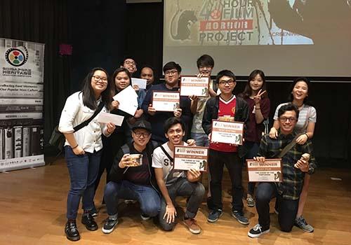 Các sinh viên vui vẻ khi giành được những giải thưởng ý nghĩa