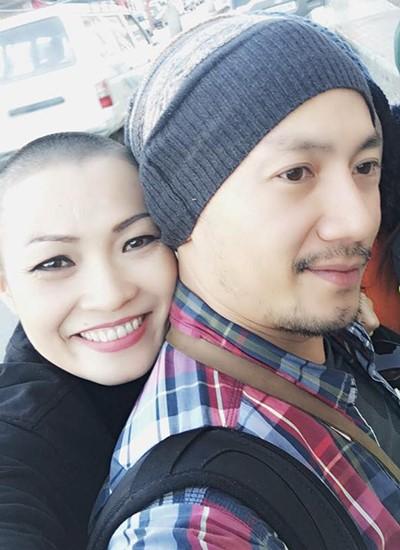 Phương Thanh và rapper Tiến Đạt, thành viên trong đoàn hành hương