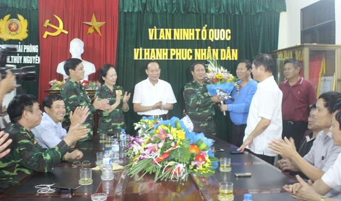Thứ trưởng Lê Quý Vương (áo trắng đứng giữa) khen thưởng nóng ban chuyên án