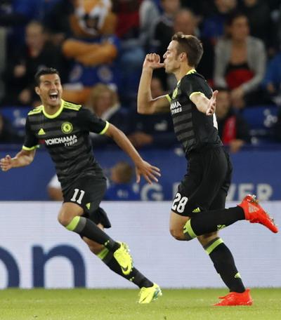 Azpilicueta vui mừng sau bàn gỡ 2-2 cho Chelsea