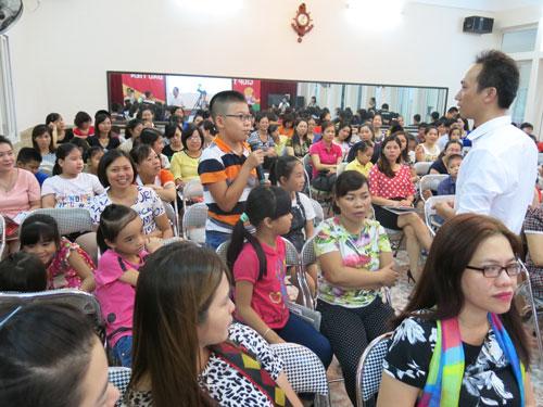 Rất đông phụ huynh và trẻ đến dự các buổi hội thảo do Home Credit tổ chức