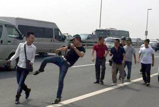 Cảnh sát hình sự Công an huyện Đông Anh đá phóng viên Quang Thế - Ảnh cắt từ clip