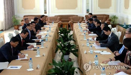 Các quan chức Triều Tiên và Trung Quốc tại cuộc họp Ủy ban biên giới chung diễn ra tại thủ đô Bình Nhưỡng.Ảnh: Yonhap