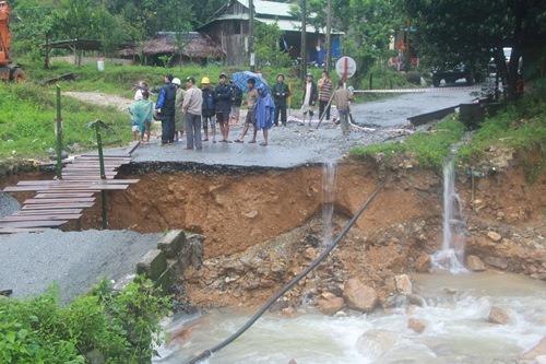 Sạt lở trên Quốc lộ 40B gây chia cắt các địa phương trong huyện Bắc Trà My, tỉnh Quảng Nam. Ảnh: Trần Thường