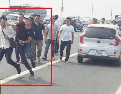 Phóng viên Quang Thế- áo trắng- bị cảnh sát hình sự mặc áo thường phục màu đen ra cú đấm vào mặt - ảnh cắt từ clip
