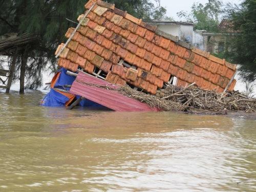 Nhiều nơi ở Quảng Bình vẫn còn ngập nặng, chia cắt. Ảnh: Tâm Phùng