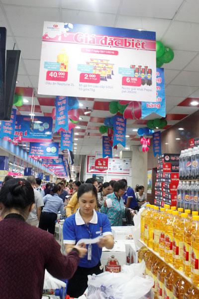 Chương trình Giá đặc biệt là điểm nhấn thu hút đông đảo người tiêu dùng cuối tuần của Co.opmart Ảnh: Xuân Phương