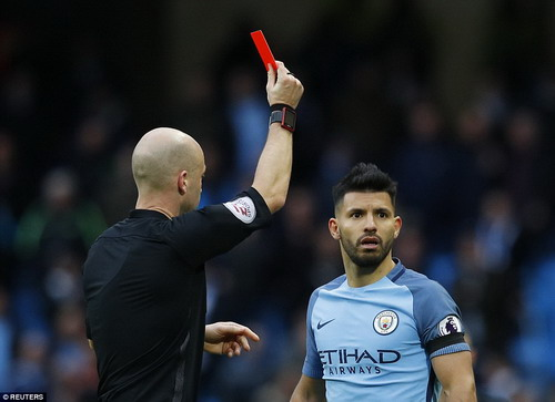 Aguero nhận thẻ đỏ trong trận Man City thua Chelsea