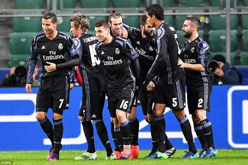 Đồng đội chia vui với Bale sau siêu phẩm mở tỉ số