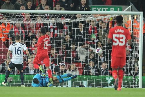 Daniel Sturridge (15) mở tỉ số sớm cho chủ nhà Liverpool