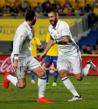 Karim Benzema vui mừng với bàn thắng thứ nhì
