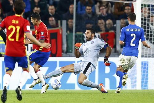 Thủ môn Buffon ra lố đà, để Vitolo thoát xuống ghi bàn mở tỉ số